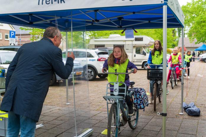 Schoolkinderen doen verkeersexamen in Zwolle Zuid